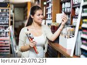 Woman holding supplies for painting. Стоковое фото, фотограф Яков Филимонов / Фотобанк Лори