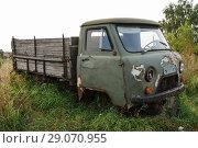 Старый ржавый брошенный автомобиль УАЗ. Программа утилизации. Вид сбоку (2018 год). Редакционное фото, фотограф Игорь Низов / Фотобанк Лори