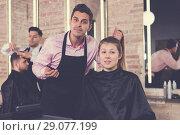 Купить «Hairdresser discussing female customer preferences in barbershop», фото № 29077199, снято 5 марта 2018 г. (c) Яков Филимонов / Фотобанк Лори