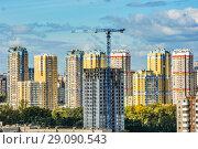 Купить «Строительство нового дома  на фоне городского пейзажа », фото № 29090543, снято 19 июня 2019 г. (c) Сергеев Валерий / Фотобанк Лори