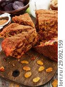 Купить «Свекольный пирог с изюмом на разделочной доске», фото № 29092159, снято 29 января 2018 г. (c) Надежда Мишкова / Фотобанк Лори