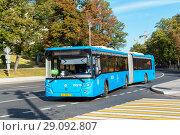 Купить «Сочлененный низкопольный автобус ЛиАЗ 621365 на Старой площади. Москва», эксклюзивное фото № 29092807, снято 14 сентября 2018 г. (c) Александр Щепин / Фотобанк Лори