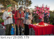 Купить «A tribute tree of local AIDS victim's names forms the centerpiece of an evening memorial tribute ceremony in Laguna Beach, CA.», фото № 29095179, снято 1 декабря 2017 г. (c) age Fotostock / Фотобанк Лори