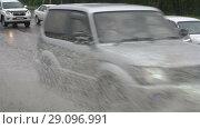 Купить «Автомобили едут по луже на дороге во время дождя», видеоролик № 29096991, снято 18 сентября 2018 г. (c) А. А. Пирагис / Фотобанк Лори