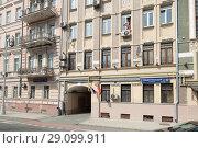 Москва, девушка моет окно в доме 17 по улице Рождественский бульвар (2018 год). Редакционное фото, фотограф Дмитрий Неумоин / Фотобанк Лори