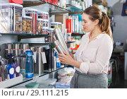 Купить «girl is choosing thermos for drinks», фото № 29111215, снято 2 мая 2018 г. (c) Яков Филимонов / Фотобанк Лори