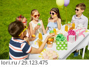 Купить «kids eating cupcakes on birthday party in summer», фото № 29123475, снято 27 мая 2018 г. (c) Syda Productions / Фотобанк Лори