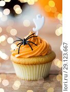 Купить «cupcake with halloween decoration on table», фото № 29123667, снято 6 июля 2017 г. (c) Syda Productions / Фотобанк Лори