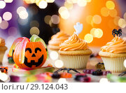 Купить «halloween party decorated cupcakes on wooden table», фото № 29124043, снято 6 июля 2017 г. (c) Syda Productions / Фотобанк Лори