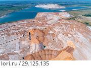 Купить «A huge mound of potassium salt. Warehousing of rocks with the help of a spreader», фото № 29125135, снято 14 августа 2018 г. (c) Андрей Радченко / Фотобанк Лори
