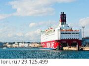 Viking Line. Вид на город со стороны Балтийского моря в солнечный день ранней осенью. Хельсинки. Финляндия (2018 год). Редакционное фото, фотограф E. O. / Фотобанк Лори