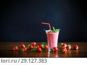 Купить «strawberry fresh sweet smoothies in a glass», фото № 29127383, снято 6 июня 2018 г. (c) Peredniankina / Фотобанк Лори