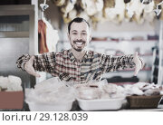 Купить «Smiling man butcher showing sorts of meat», фото № 29128039, снято 2 января 2017 г. (c) Яков Филимонов / Фотобанк Лори