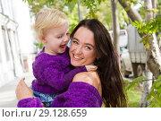 Купить «Эмоциональные мама и дочь гуляют по городу», фото № 29128659, снято 21 сентября 2018 г. (c) Момотюк Сергей / Фотобанк Лори
