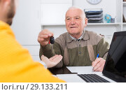 Купить «Old man signed car purchase contract», фото № 29133211, снято 15 октября 2018 г. (c) Яков Филимонов / Фотобанк Лори