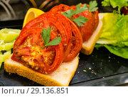 Купить «Запеченный хлеб с резаными томатами», фото № 29136851, снято 31 августа 2018 г. (c) Beerkoff / Фотобанк Лори