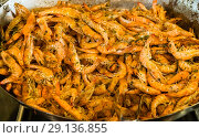 Купить «Креветки с травами на большой сковороде», фото № 29136855, снято 31 августа 2018 г. (c) Beerkoff / Фотобанк Лори