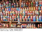 Купить «Русские матрешки. Продажа сувениров. Вернисаж в Измайлово. Москва», эксклюзивное фото № 29144651, снято 13 сентября 2018 г. (c) Александр Щепин / Фотобанк Лори
