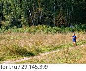 Купить «Женщина на пробежке на лесной тропинке», фото № 29145399, снято 2 сентября 2018 г. (c) Сергей Неудахин / Фотобанк Лори