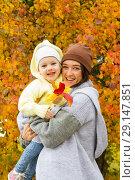 Купить «Девочка с мамой гуляют в осеннем парке», фото № 29147851, снято 28 сентября 2018 г. (c) Момотюк Сергей / Фотобанк Лори