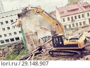 Купить «excavator crasher machine at demolition on construction site», фото № 29148907, снято 7 июля 2018 г. (c) Дмитрий Калиновский / Фотобанк Лори