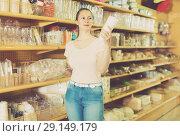 Купить «Female is holding paper cups that she want to buy», фото № 29149179, снято 19 апреля 2017 г. (c) Яков Филимонов / Фотобанк Лори
