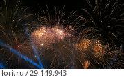 Colorful fireworks at night. Стоковое видео, видеограф Aleksey Popov / Фотобанк Лори