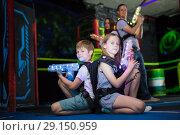 Купить «Kids sitting back to back with laser guns», фото № 29150959, снято 6 июня 2018 г. (c) Яков Филимонов / Фотобанк Лори