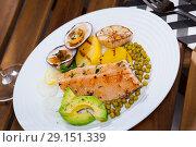 Купить «Baked trout fillet with vegetables and dog cockles», фото № 29151339, снято 22 октября 2018 г. (c) Яков Филимонов / Фотобанк Лори