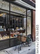 Купить «Dr. Harris & Co, Perfume shop, St James's Street, London, England, UK.», фото № 29163603, снято 20 июля 2017 г. (c) age Fotostock / Фотобанк Лори
