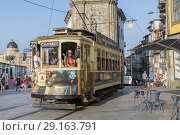 Tram with tourists in Oporto downtown, Portugal (2018 год). Редакционное фото, фотограф Carlos Dominique / age Fotostock / Фотобанк Лори