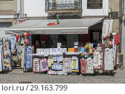 Souvenirs shop for tourists near Braga cathedral, Portugal (2018 год). Редакционное фото, фотограф Carlos Dominique / age Fotostock / Фотобанк Лори