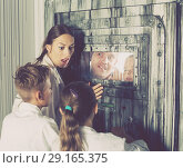 Купить «Mother with childred are helping dad and girl get out of the locked door», фото № 29165375, снято 3 августа 2017 г. (c) Яков Филимонов / Фотобанк Лори