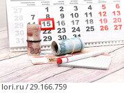 Деньги, ручка, календарь. Время платить налоги. Стоковое фото, фотограф Наталья Осипова / Фотобанк Лори