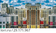 Купить «Фасад новых жилых многоэтажных домов на фоне неба», фото № 29171967, снято 25 мая 2019 г. (c) Сергеев Валерий / Фотобанк Лори