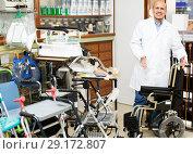Купить «Elderly professional consultant offering orthopaedic goods», фото № 29172807, снято 14 декабря 2018 г. (c) Яков Филимонов / Фотобанк Лори