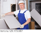 Builder engaged in drywall installation. Стоковое фото, фотограф Яков Филимонов / Фотобанк Лори