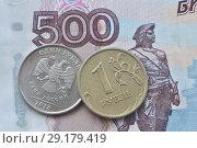 Купить «Российская монета один рубль крупным планом на фоне банкноты России достоинством 500 рублей», фото № 29179419, снято 8 июля 2016 г. (c) александр афанасьев / Фотобанк Лори