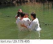 Купить «Люди совершают омовение в святых водах реки Иордан. Израиль», фото № 29179495, снято 6 октября 2012 г. (c) Ирина Борсученко / Фотобанк Лори