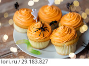 Купить «halloween party decorated cupcakes on plate», фото № 29183827, снято 6 июля 2017 г. (c) Syda Productions / Фотобанк Лори