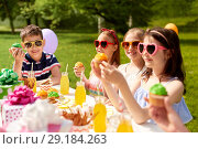 Купить «kids eating cupcakes on birthday party in summer», фото № 29184263, снято 27 мая 2018 г. (c) Syda Productions / Фотобанк Лори