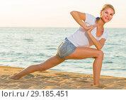 Купить «Female 25-35 years old is doing excercises on endurance», фото № 29185451, снято 17 июля 2017 г. (c) Яков Филимонов / Фотобанк Лори
