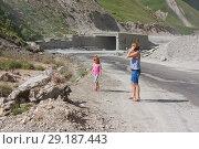 Купить «Женщина и девочка на фоне строящегося туннеля через Крестовый перевал. Грузия», фото № 29187443, снято 6 августа 2013 г. (c) Олег Хархан / Фотобанк Лори