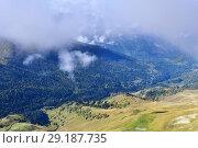 Купить «Архыз. Долина реки Ацгара в тумане в сентябре», фото № 29187735, снято 17 сентября 2018 г. (c) Овчинникова Ирина / Фотобанк Лори