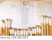 Купить «Вологодское мерное кружево, нитки лён, плетение на коклюшках из жимолости», фото № 29187971, снято 8 октября 2018 г. (c) Наталия Кузнецова / Фотобанк Лори