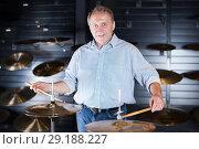 Купить «Smiling man is playing on modern drum kit», фото № 29188227, снято 18 сентября 2017 г. (c) Яков Филимонов / Фотобанк Лори