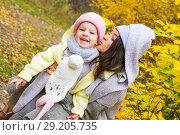 Купить «Мама с дочерью на фоне осеннего пейзажа», фото № 29205735, снято 29 сентября 2018 г. (c) Момотюк Сергей / Фотобанк Лори