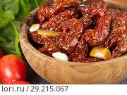 Купить «Сушеные помидоры в оливковом масле. Блюдо в итальянском стиле», фото № 29215067, снято 11 октября 2018 г. (c) Наталия Кузнецова / Фотобанк Лори