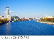 Купить «Вид на Москва-реку с Новоспасского моста, Москва», фото № 29215175, снято 24 октября 2016 г. (c) Natalya Sidorova / Фотобанк Лори