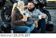 Купить «Couple drinking coffee near motorcycle», фото № 29215267, снято 14 октября 2018 г. (c) Яков Филимонов / Фотобанк Лори